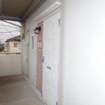 玄関入り口おしゃれなレンガ風ドアに新品ドアホンが設置されました(玄関)